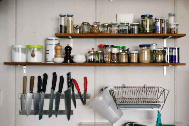 シンプルで、よく使いこなしているのがわかる厨房の一部。きれいに整えられています。