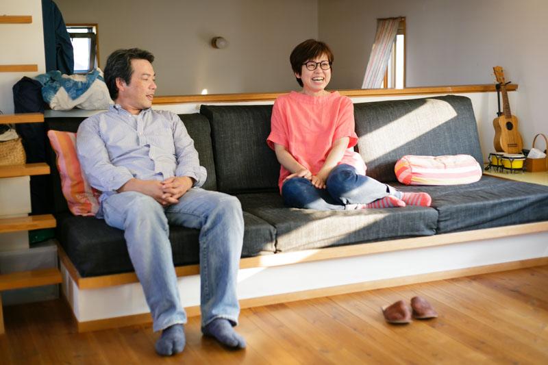あんこちゃんの話をするお二人。このソファ、実はベッドにもなるんです!
