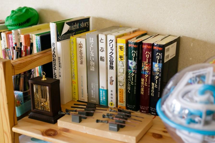 この本棚はみぃちゃんの本や好きなものが揃ってるんだね。