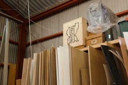 「STOVE」と書かれた木箱。箱だけでも飾りになりそう。
