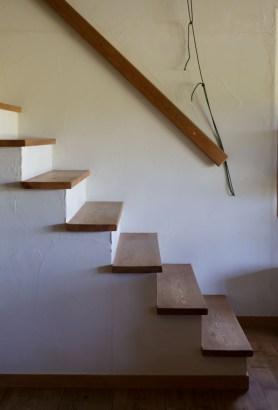 あっち、階段のところに脱いだスリッパは~…、