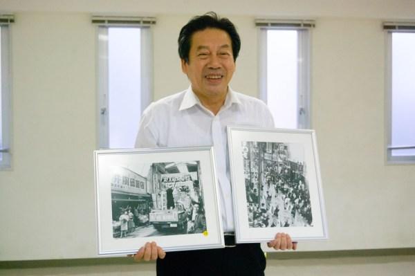 町の歴史に詳しい岸さん。商店街振興組合では昭和20~30年代の商店街のようすをパネルにして保管している