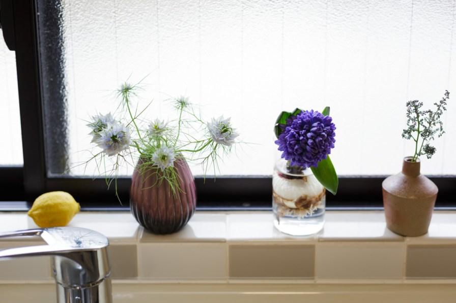 シンクの上には、ちっちゃな可愛い花たちが