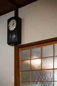 客間の柱時計。時を告げる鐘の音にドキンとします