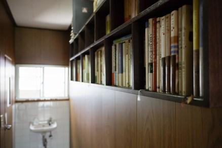 旦那さまの貴之さんが設えた本棚がまた素敵です