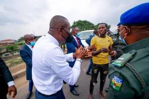 Governor Sanwo-Olu Captures Offenders Holding Machetes In Ojota, Lagos.