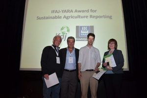 From left to right: Charles Johnson, a member of the winning team of reporters from USA, Patricio Galan, Director of Yara Argentina, S.A., Matthew Cranston collecting the runner-up award on behalf of Prue Adams of Australia and Karen Simon of USA collecting the third place prize won by Steve Baragona.