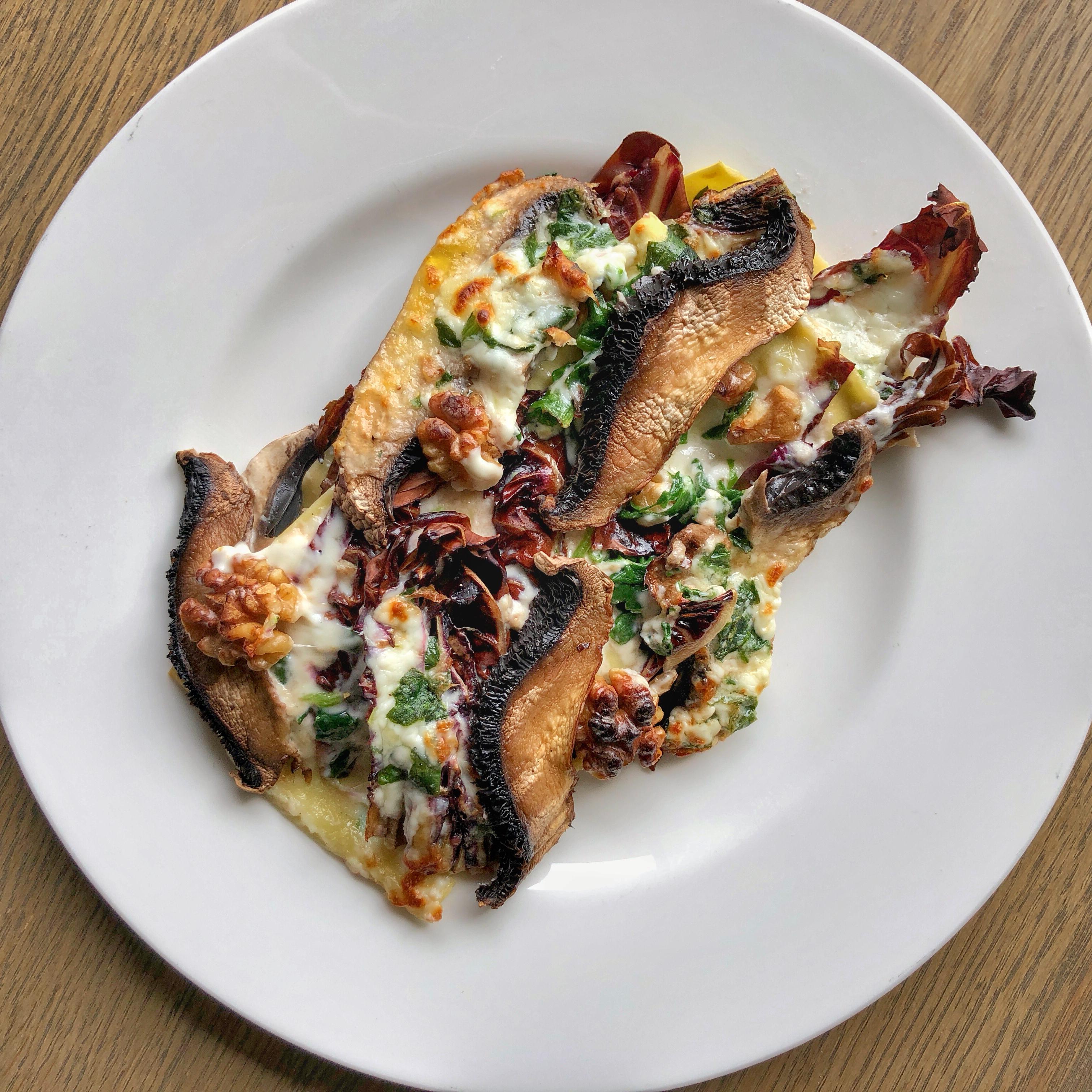 Lasagnetta ai funghi, noci, radicchio, e spinaci, gratinata con lo stracchino