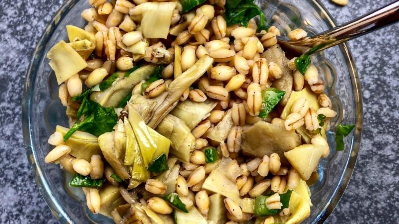 Insalata di orzo carciofi e zucchine