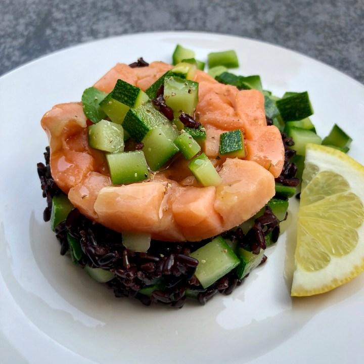 Torretta di riso venere con zucchine e tartare di salmone