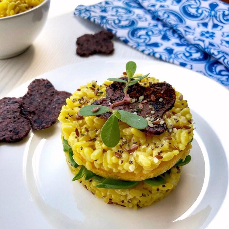 Sandwich di riso allo zafferano con insalata e frittatina