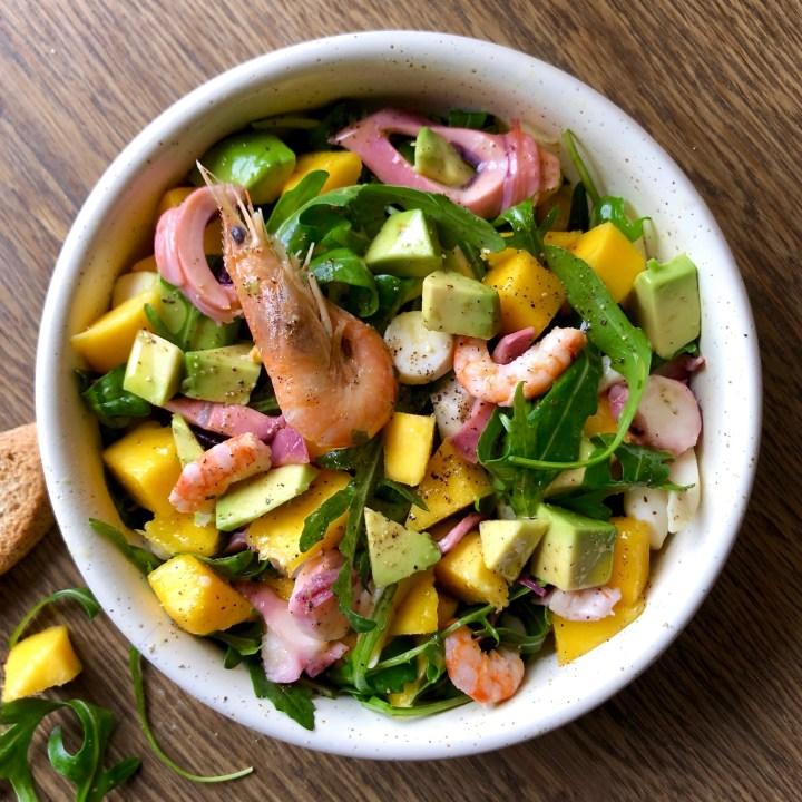 Insalata di mare esotica con mango e avocado
