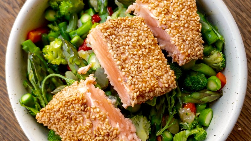 Tataki di salmone in crosta di sesamo
