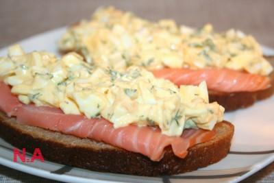 Бутерброд с яичным салатом и копченым лососем : Закуски и ...