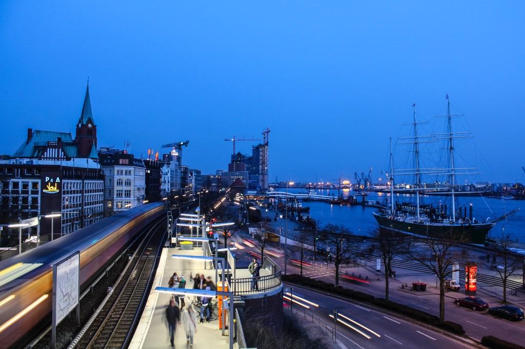 An den Landungsbrücken raus - Hamburg zur Blauen Stunde