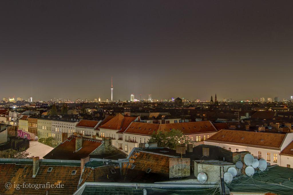 Ich fotografiere gerne das Nachtpanorama über Berlin … Fachbegriff: Long-Exposure Cityscape at Night.