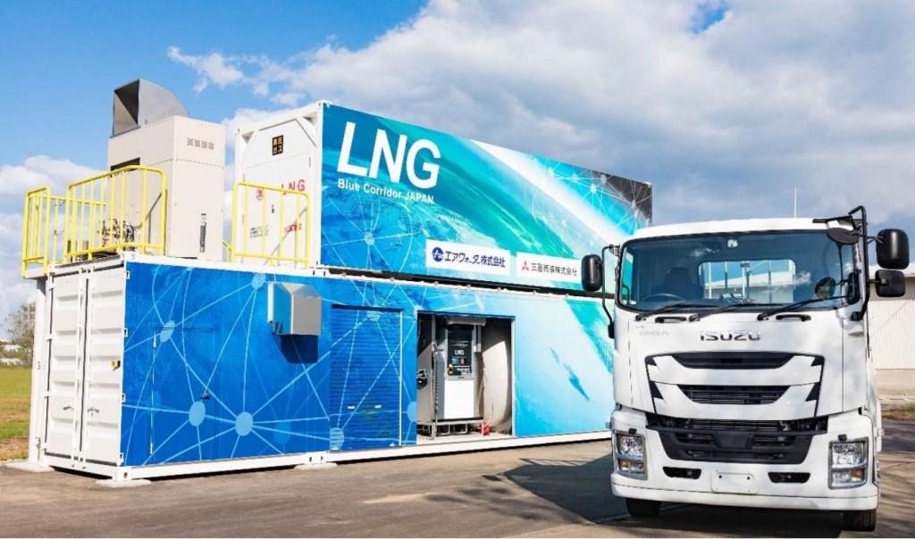 小型 LNG 充填設備と大型 LNG トラック