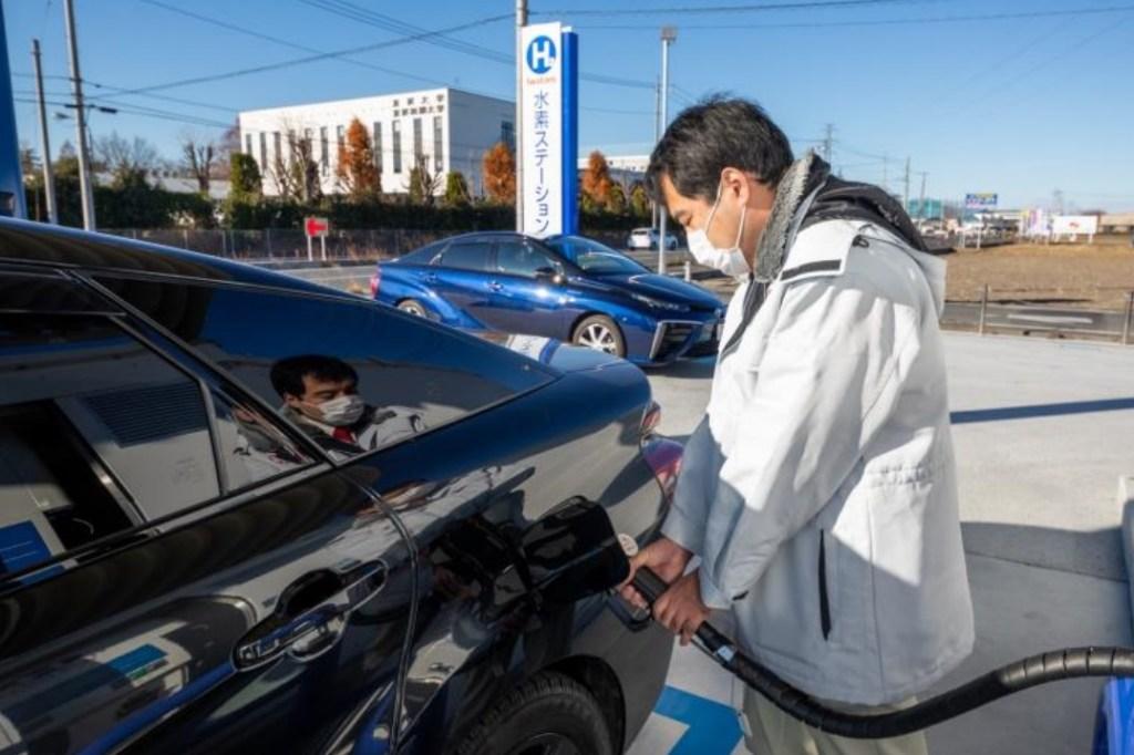燃料電池自動車へ水素が充填される様子
