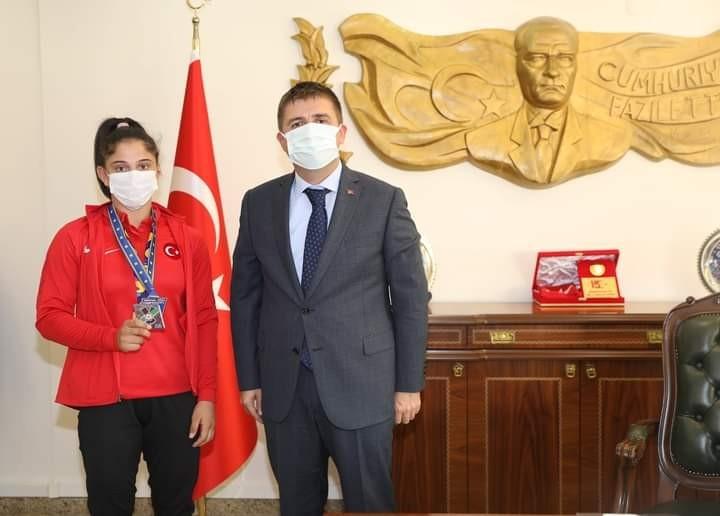 Vali Sarıibrahim, Avrupa üçüncüsü bronz madalya kazanan Özlem Yıldız'ı tebrik etti