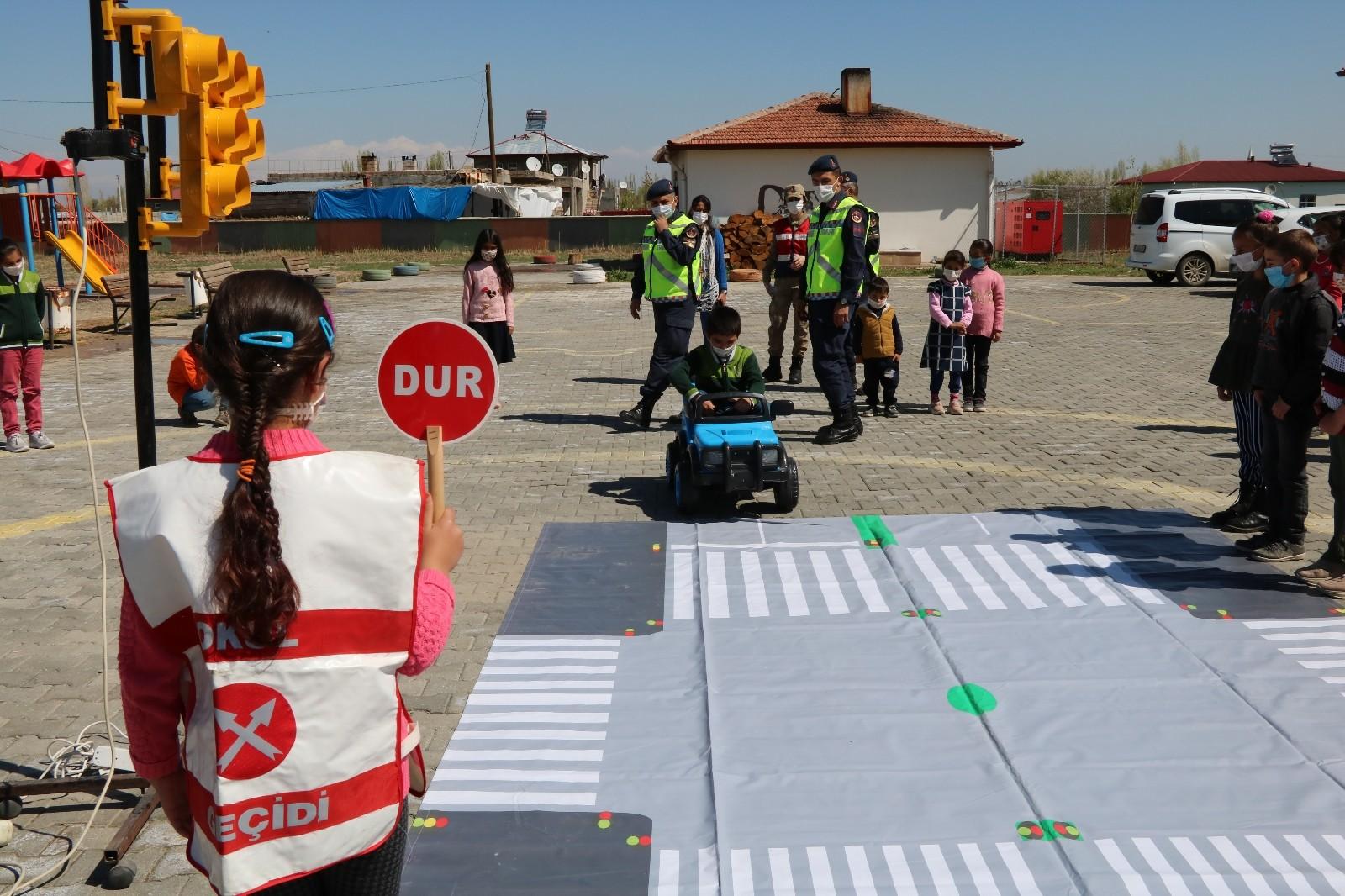 Jandarma uygulamalı trafik eğitimi verdi