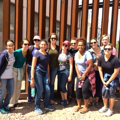 jesuit-volunteers-at-border-fence