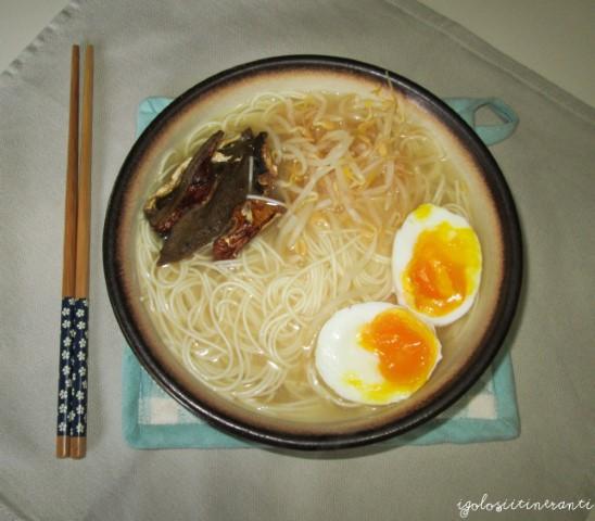 Ciotola di somen giapponesi in brodo di miso e dashi con funghi, germogli di soia e uovo sodo