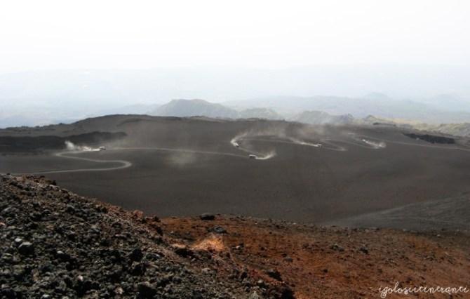 Etna, vista delle jeep che portano ai crateri sommitali