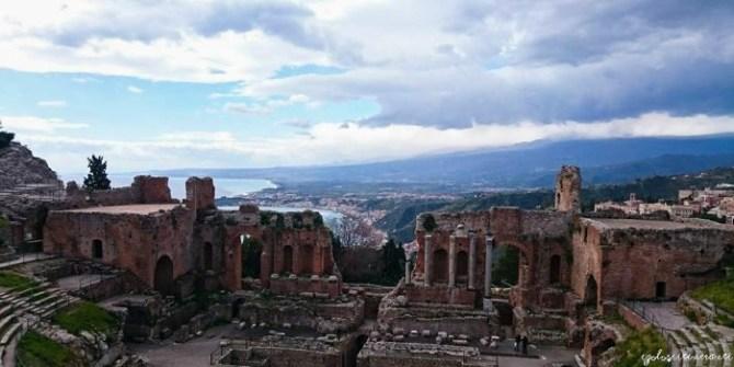 Vista dell'Etna dal Teatro Greco di Taormina
