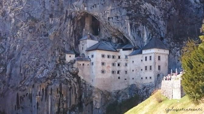 Vista del Castello di Predjama, in Slovenia