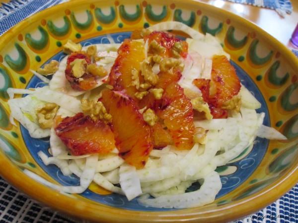 Insalata croccante con finocchi, noci e arance rosse