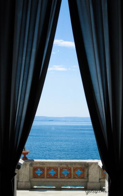 Vista del mare da una finestra del Castello di Miramare