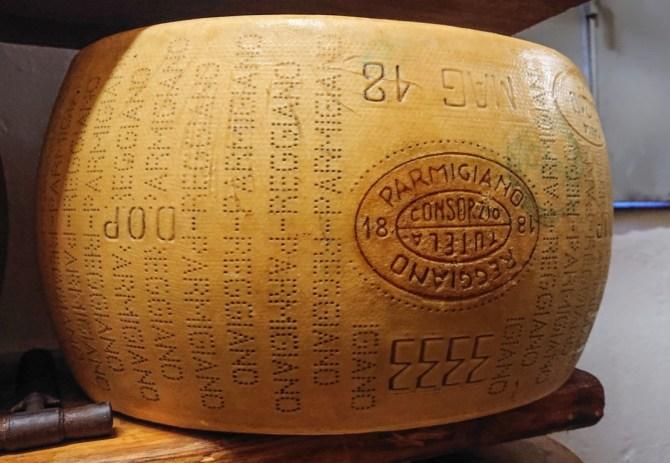 Parmigiano Reggiano con il marchio del consorzio