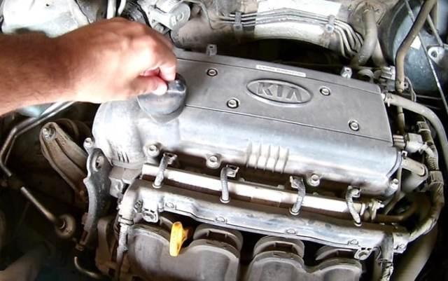 Откручиваем пробку заливной горловины двигателя