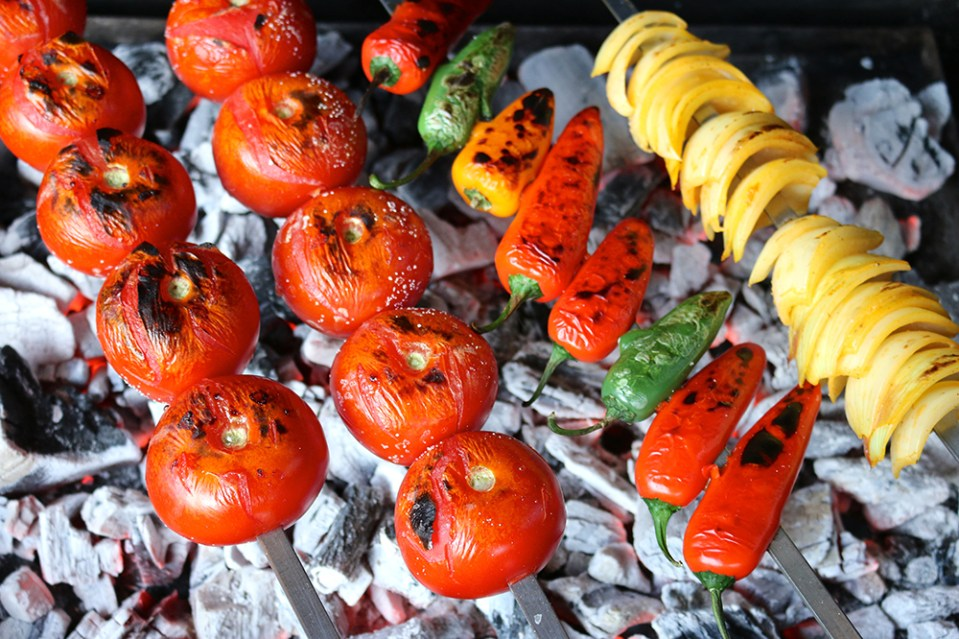 Grilled tomatoes, peppers and onions | igotitfrommymaman.com