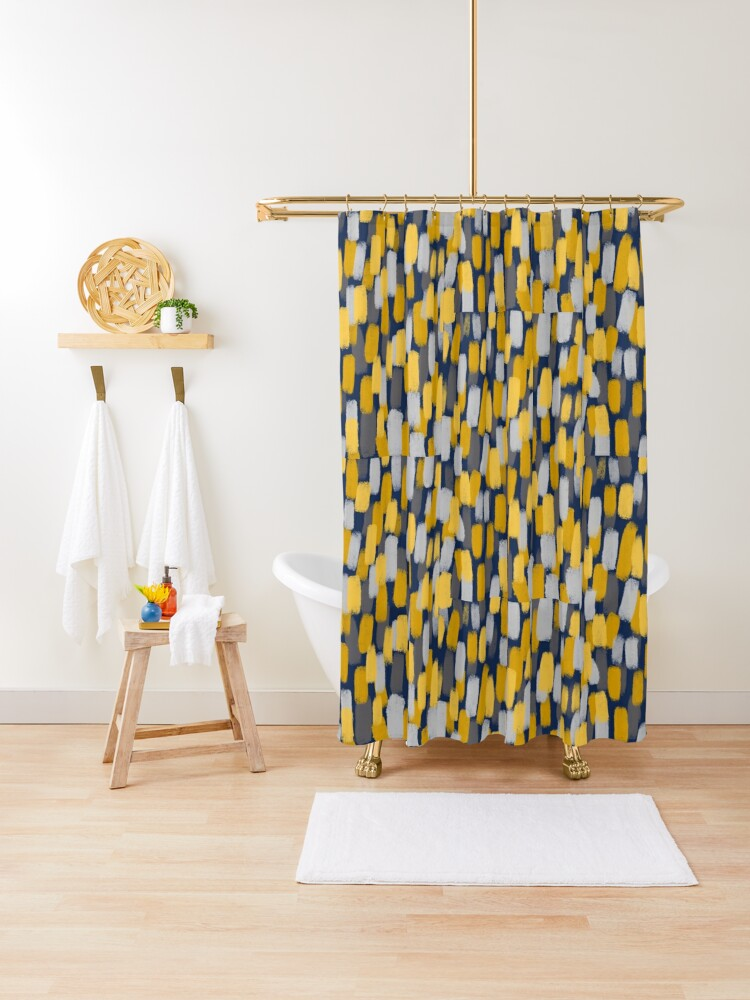 rideau de douche effet de pinceau abstrait gris et jaune moutarde sur bleu marine par onethreesix redbubble