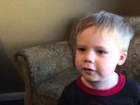 Мальчик показывает, что научиться свистеть – никак не получится