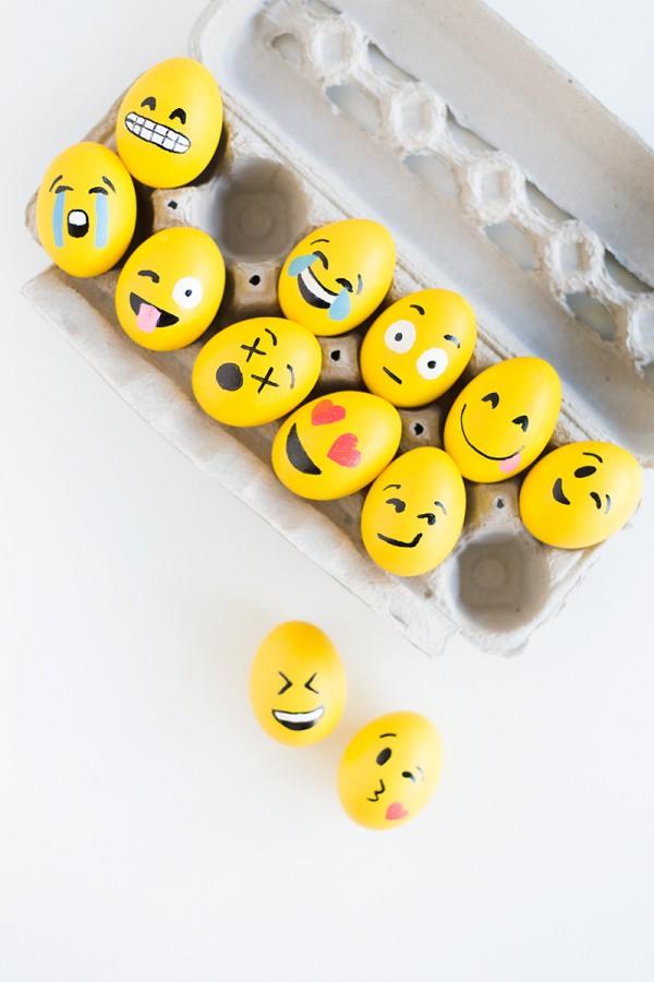 красим пасхальные яйца с детьми