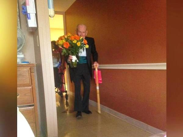 дедушка поздравил жену с годовщиной