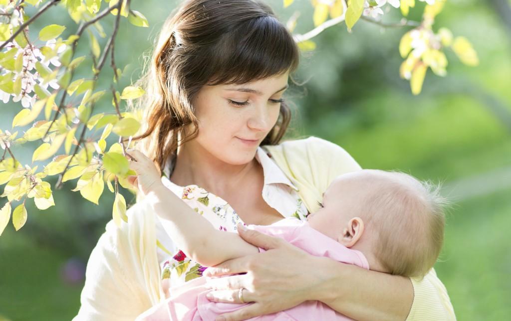 Как кормить младенца грудью