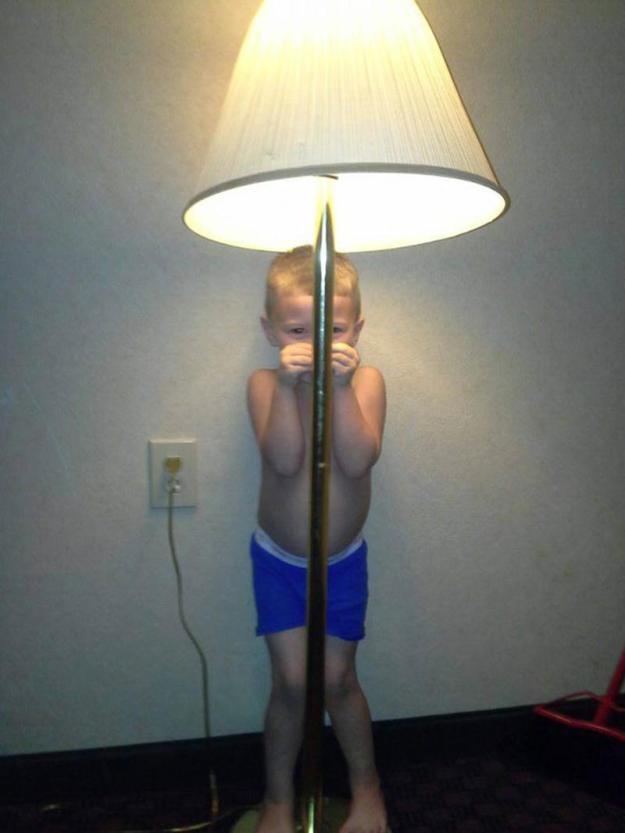 мальчик спрятался