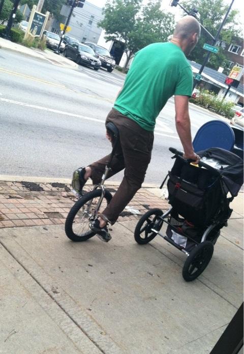 папа гуляет с ребенком