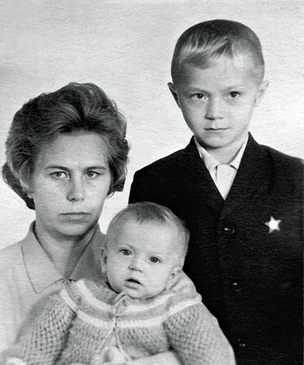 Андрей Панин с сестрой Ниной и мамой, 1972
