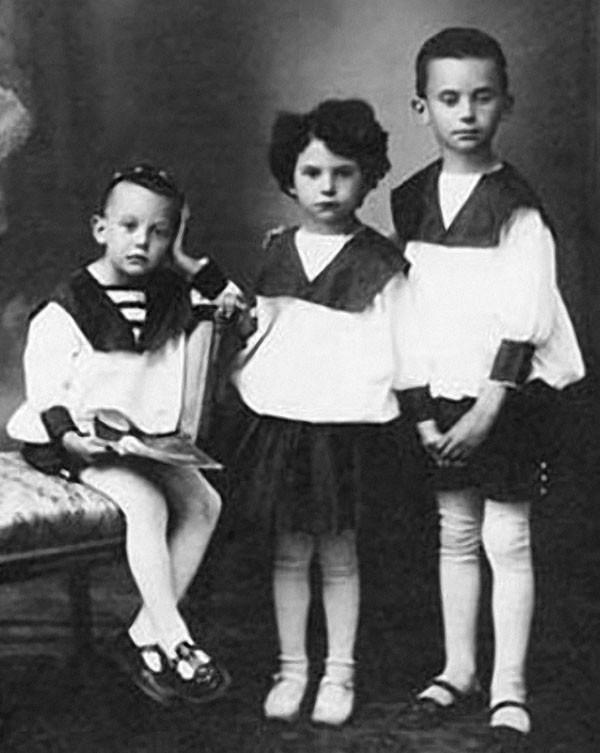 Леонид Гайдай с братом Александром и сестрой Августой
