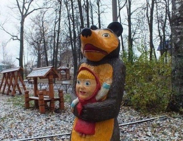 Маша и медведь на площадке