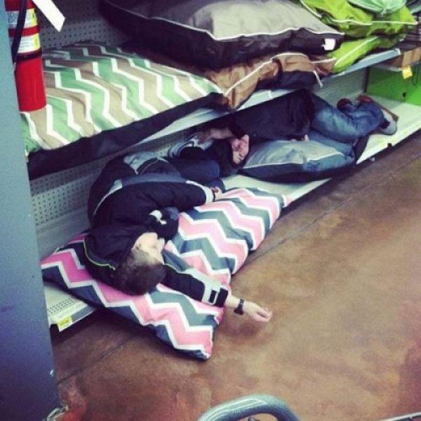 дети уснули в магазине