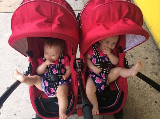 милые близняшки