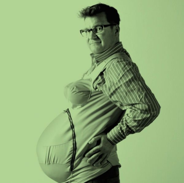 мужчині с беременнім животом