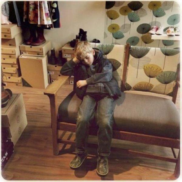 ребенок скучает в магазине