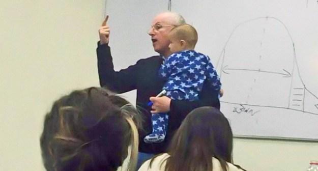 преподаватель успокоил ребенка студентки