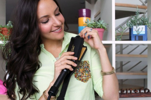 Чтобы быстро прогладить воротник, можно использовать утюжок для волос